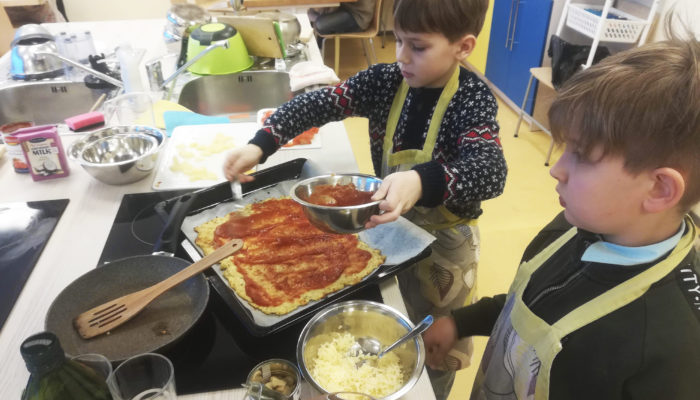 Lapsed valmistasid kokkamise töötoas pitsat.